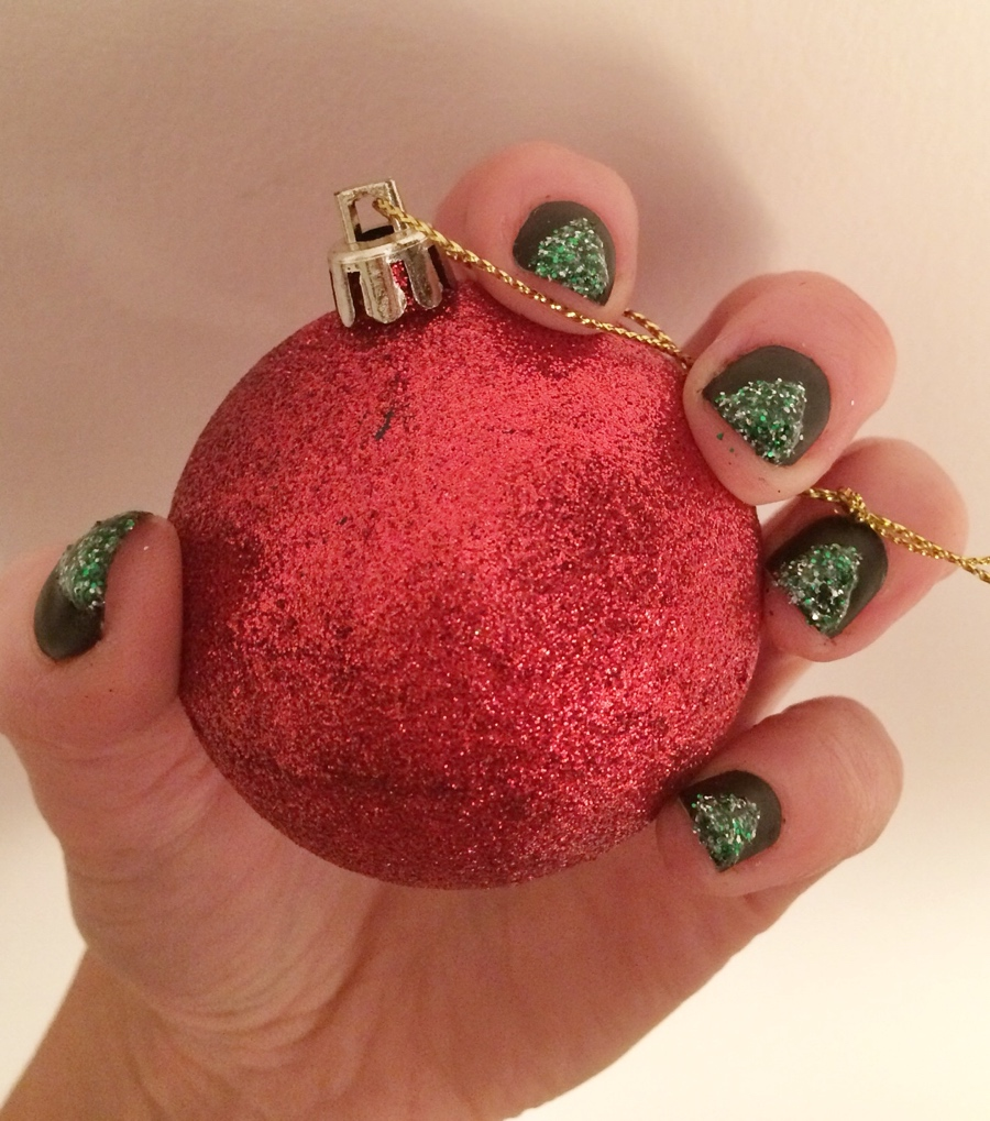 Glitter-christmas-tree-nail-art