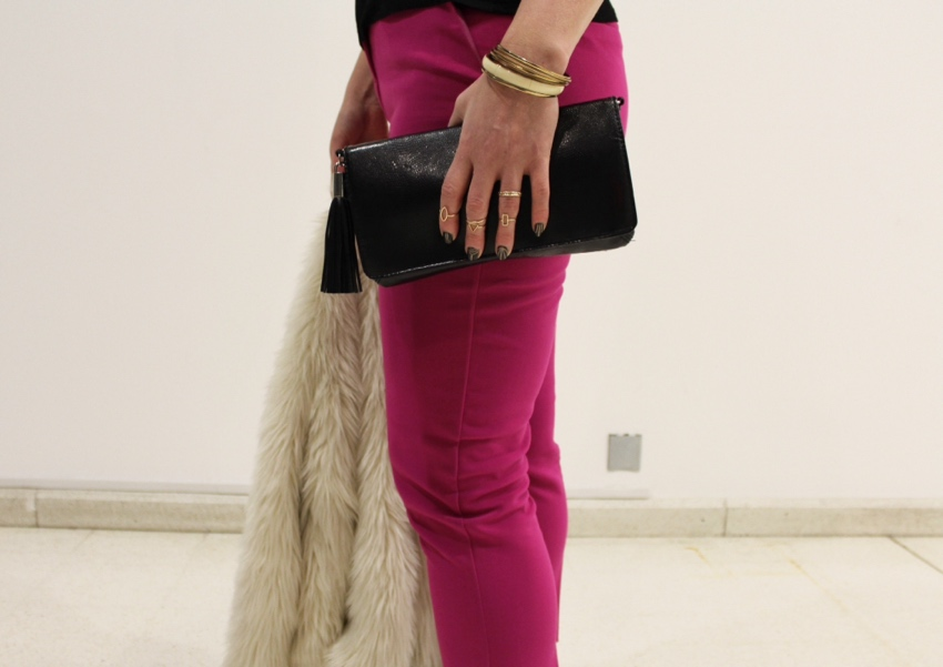 Gold-delicate-midi-rings-pink-trousers