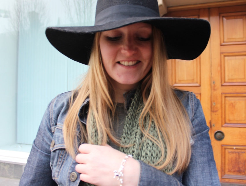 Wide-brimmed-hat-labrador-charm-streetstyle
