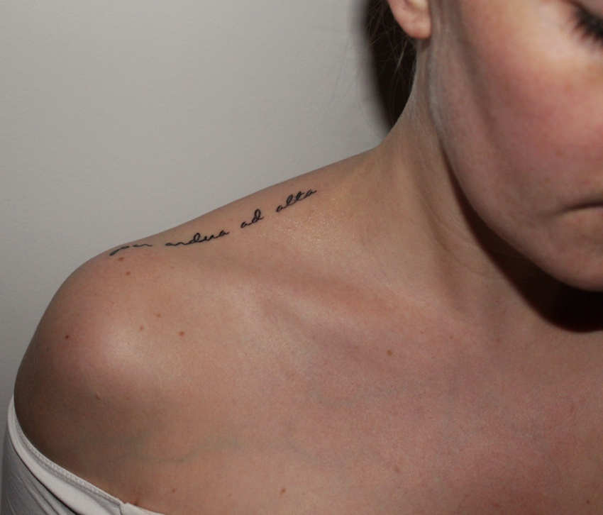 Latin-motto-shoulder-tattoo