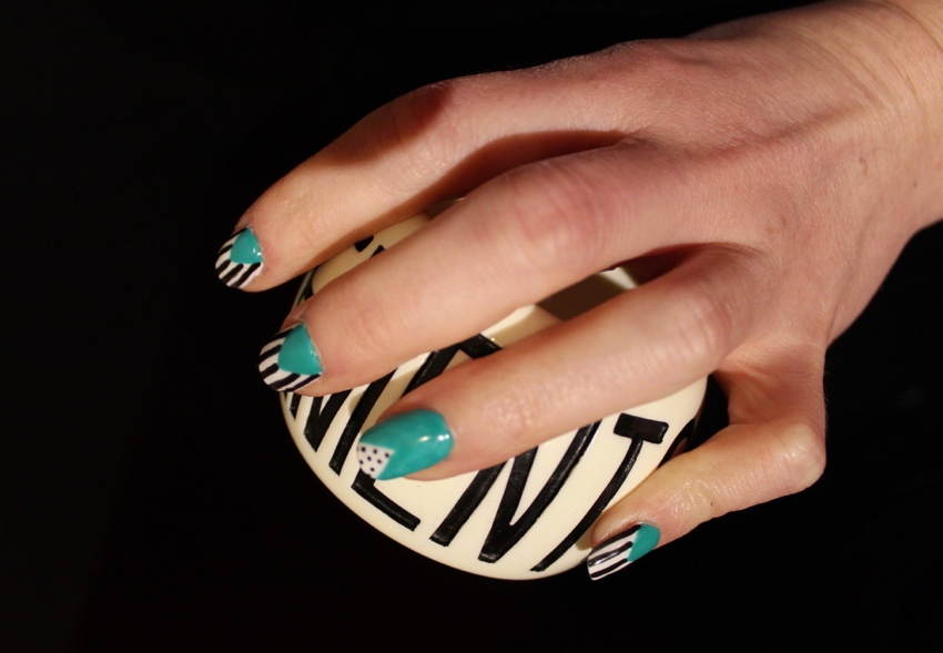 Green-geometric-monochrome-stripes-nail-art-tutorial