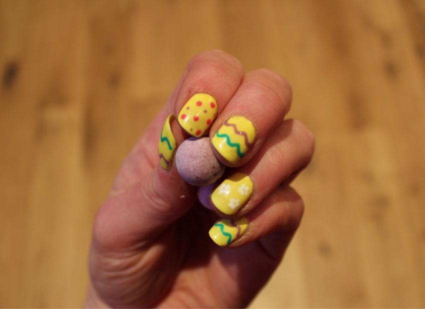 yellow-Easter-egg-nail-art-diy