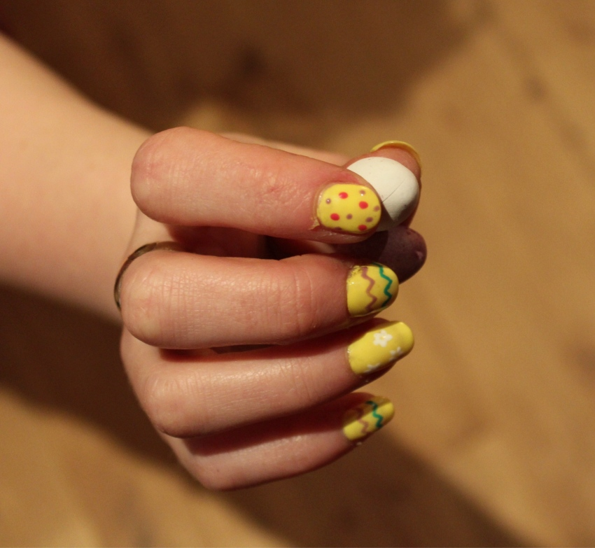 yellow-Easter-egg-nail-art-diy