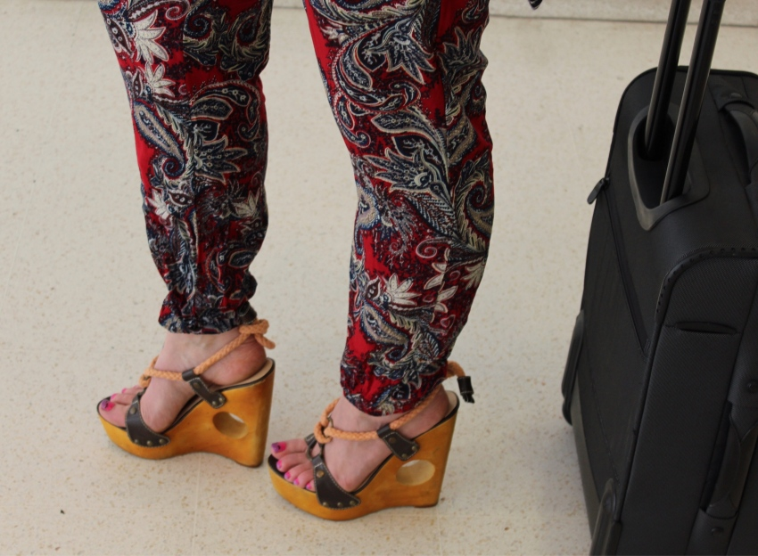 comfy-travel-outfit-tips-wedges