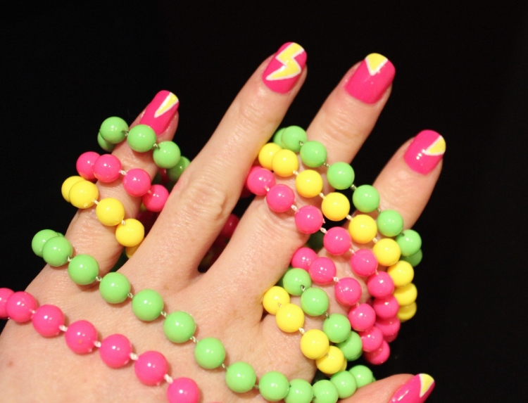 Neon-lightening-bolt-nail-diy