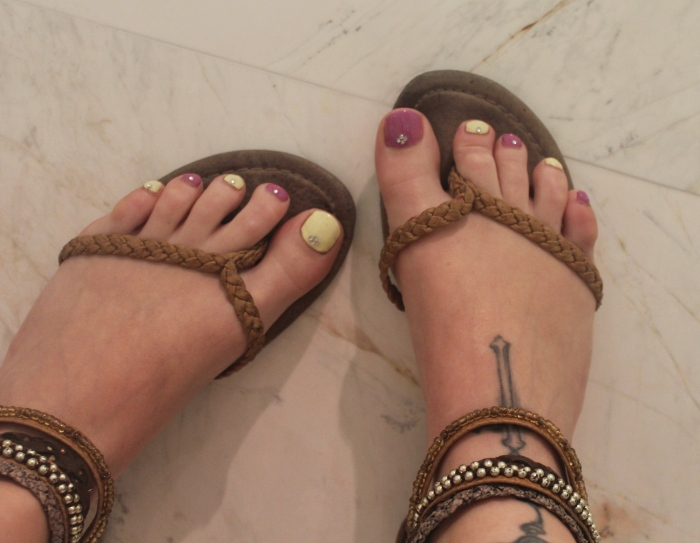 Bright-holiday-toe-nails-diamonds-embellishment