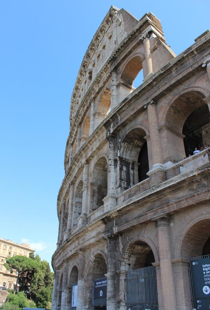 Rome-pantheon-colosseum-forum-street-style