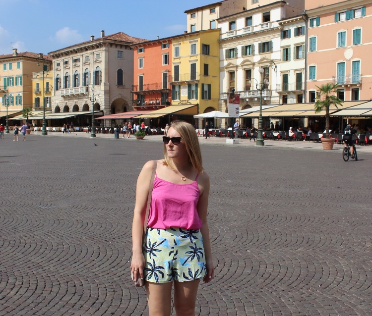 Verona-city-guide-colourful-outfit