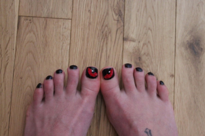 Evil-eye-Halloween-toe-nail-art-tutorial