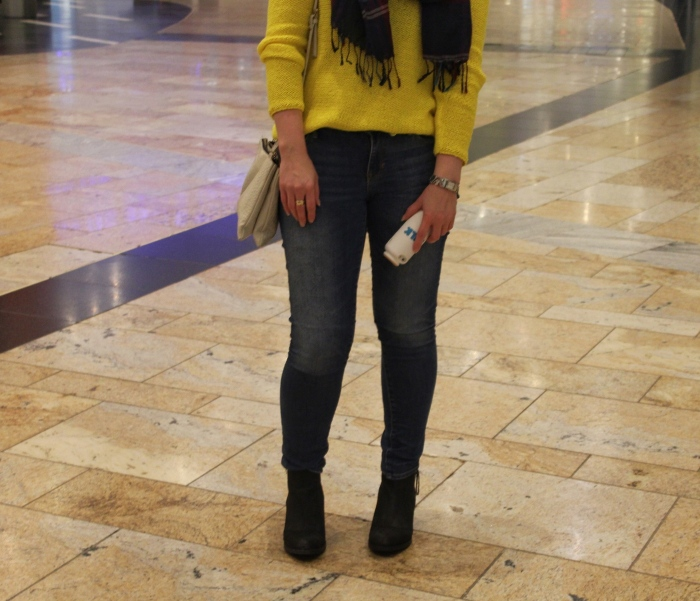Yellow-sweater-winter-layers-outfit-Glasgow