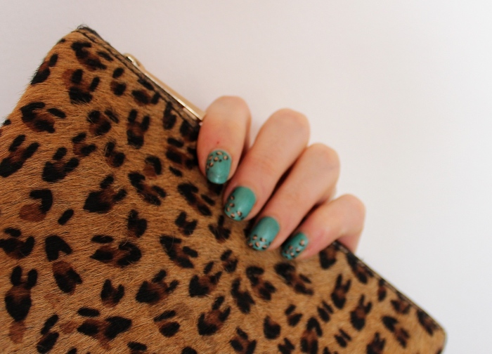 Matt-green-leopard-print-nail-art