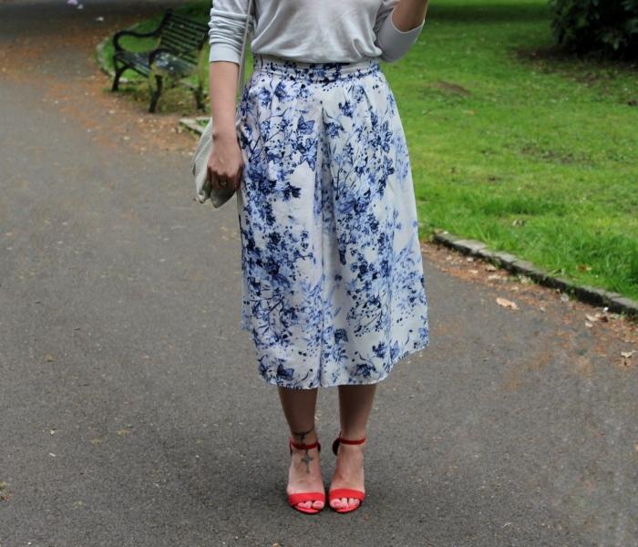 Blue-flower-pattern-culottes-red-heels-street-style