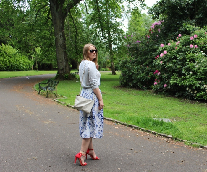 Blue-flower-pattern-culottes-red-heels-street-style