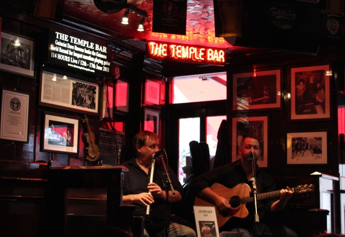 Dublin-day-trip-temple-bar-live-music