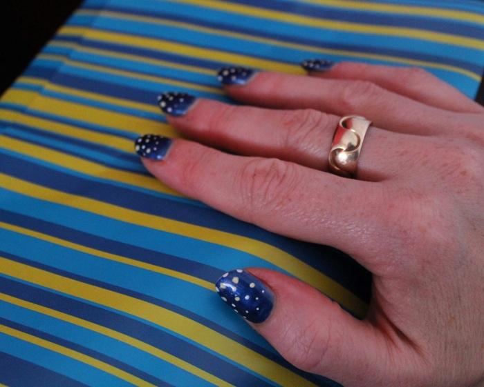 Yellow-blue-graduating-spot-nail-art