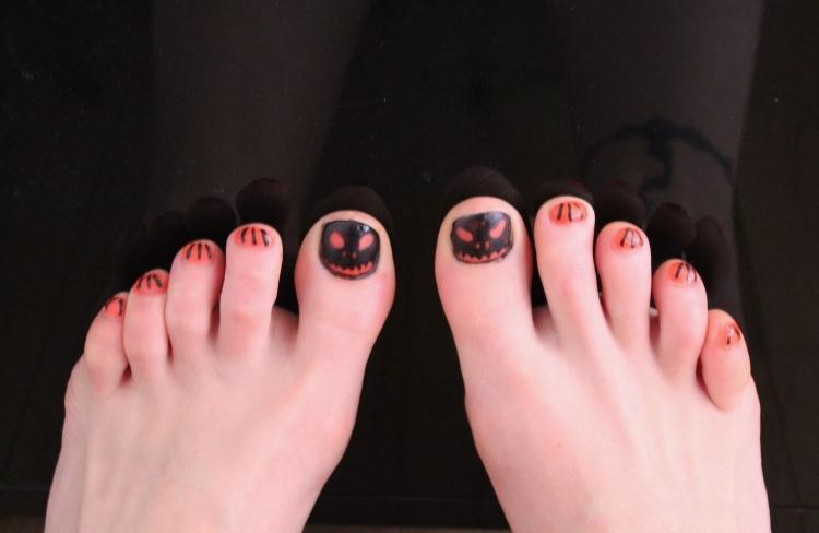 Halloween-nail-art-pumpkin-design-living-in-a-Boxx