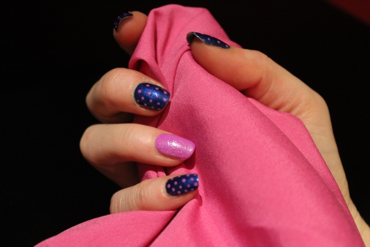 Living-in-a-boxx-blue-pink-polka-Dots-nail-art-tutorial