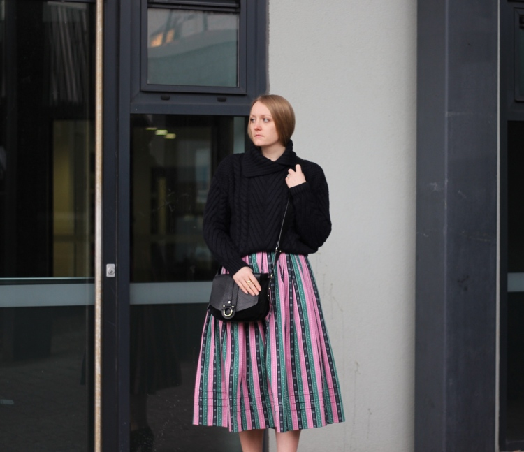 Living-in-a-boxx-vintage-striped-skirt-Zara-knit-winter-street-style